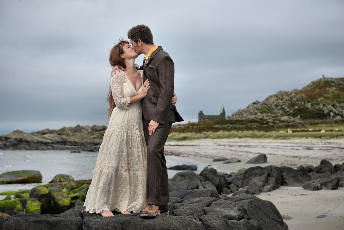wedding-couple-kissing-on-rocks.jpg