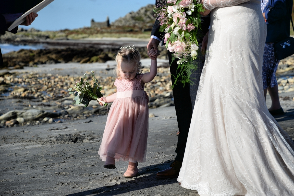 E-guest-wedding-bridesmaid-pink-beach-children.jpg