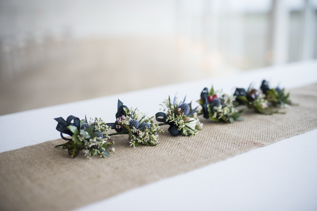 table-decoration-posys-in-row-green-blues-table-runner.jpg