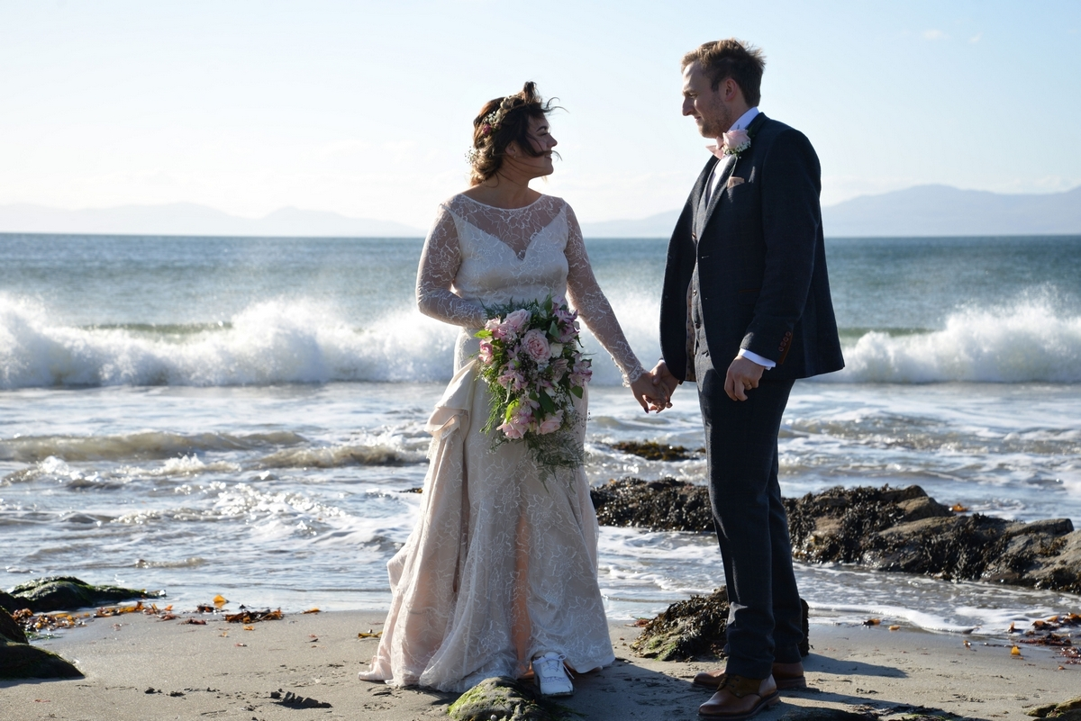 D-bride-couple-groom-beach-sea-waves-jura.jpg