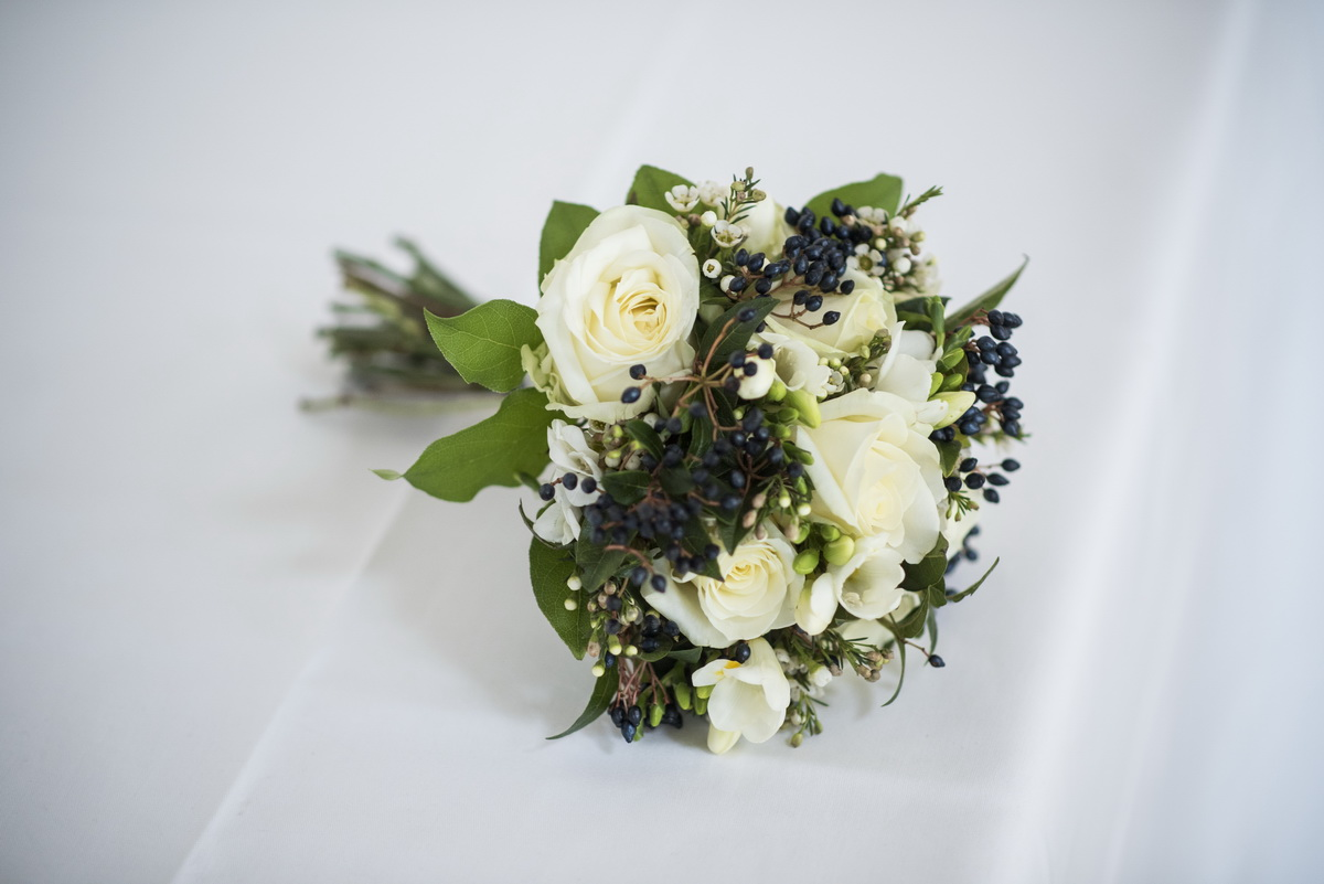 winterbouquet-whiteroses-green-decemberwedding.jpg